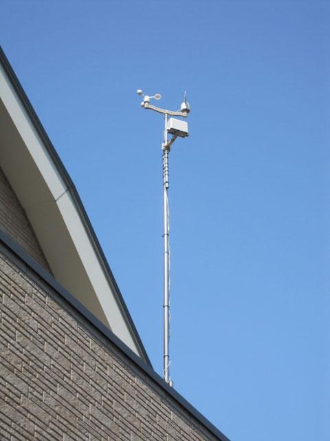 バルコニーに設置したWeather Meters(庭から)